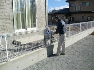 フェンス取り付け中1